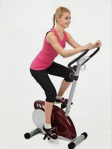 Tập thể dục với xe đạp tập