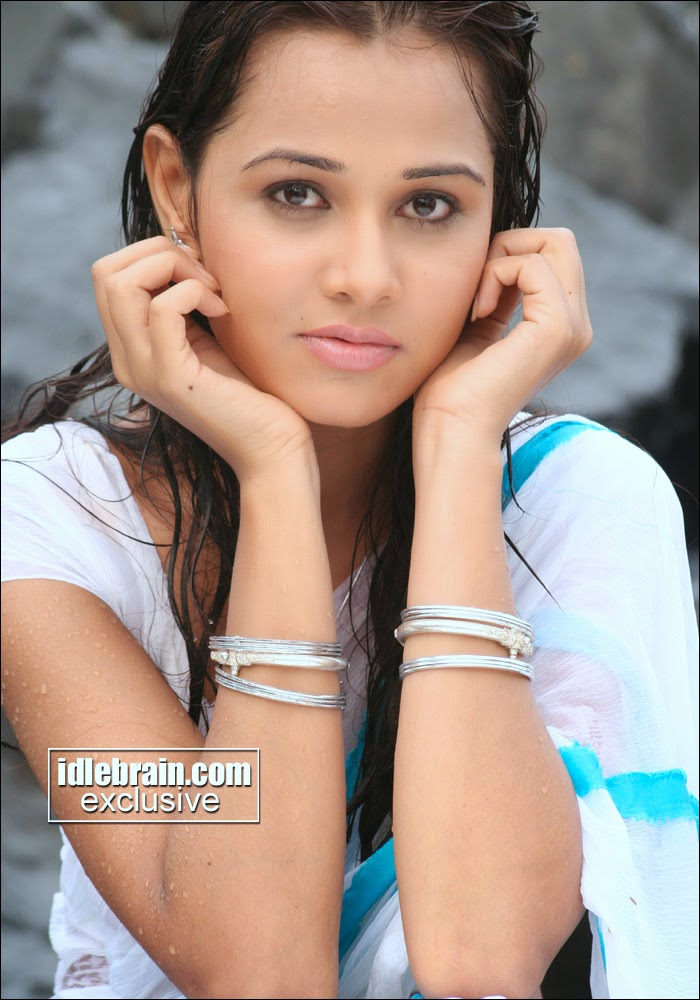 Nisha Kothari looks hot in saree