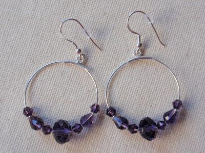 Pendientes de plata de aro y cristales color violeta