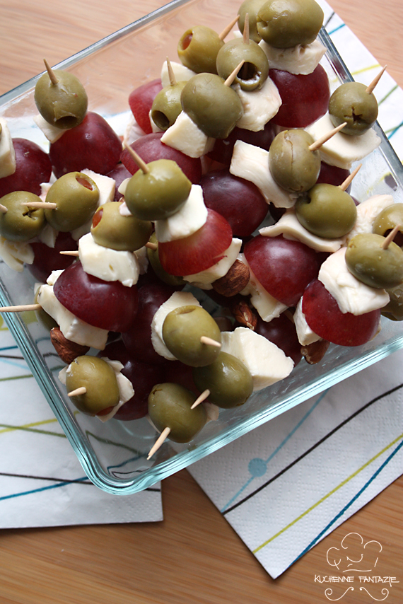 Wytrawne koreczki z serem pleśniowym, winogronem, oliwkami i orzechem laskowym