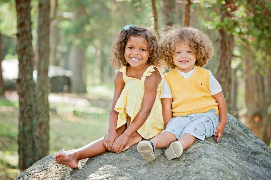 lapsed-istuvad-kivil-pildistamine-oues