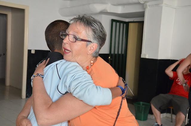 Recepción e una madre de acogida al niño que repite su viaje a Béjar