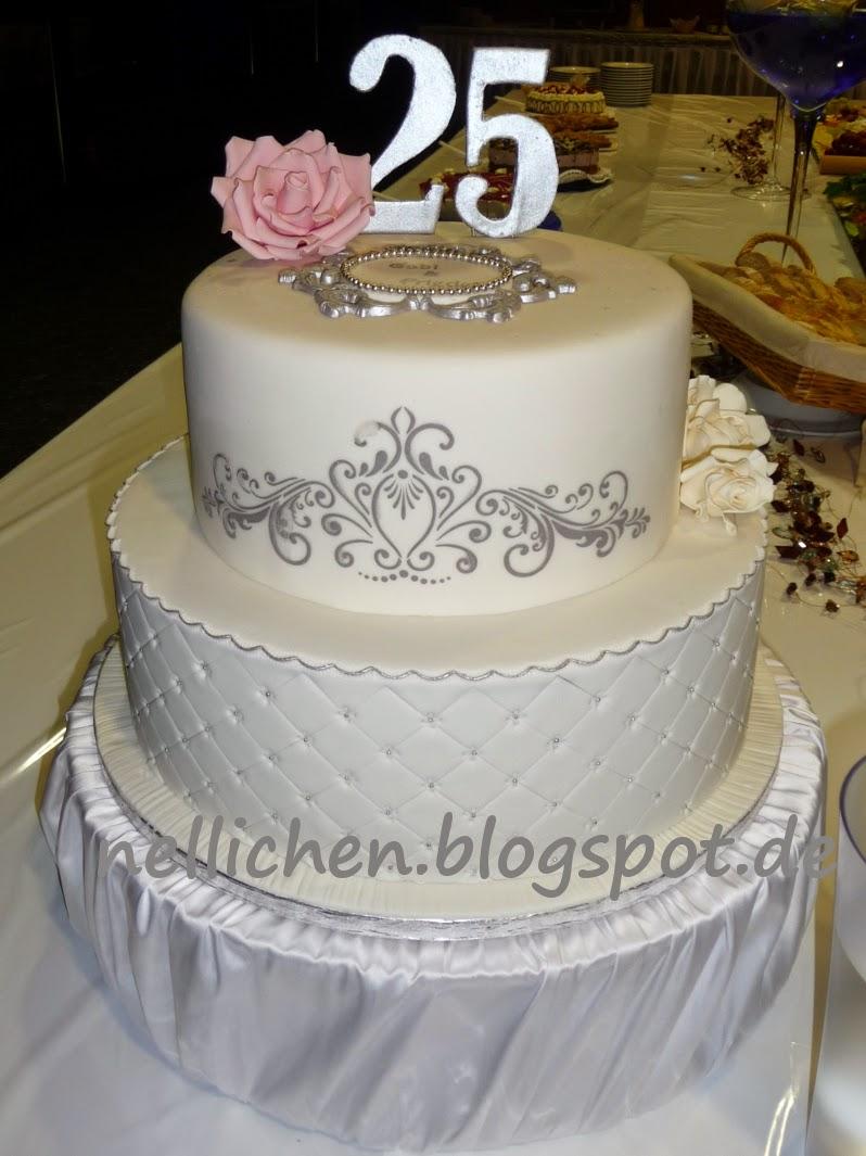 Zweistöckige Torte zur Silberhochzeit und Lebkuchenherzen als ...