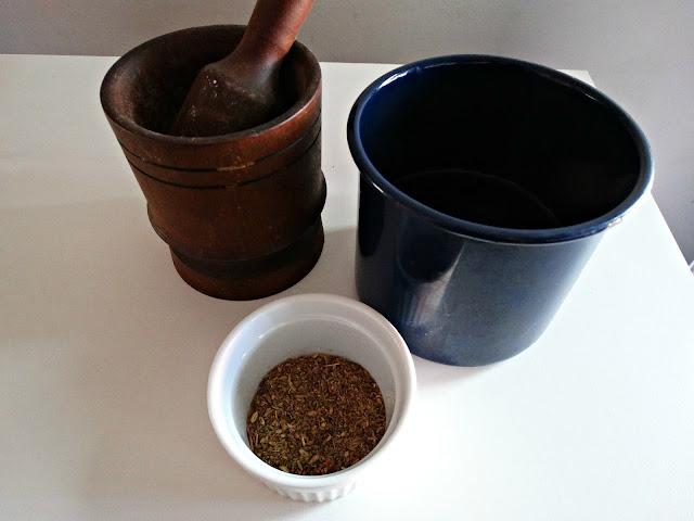 Semillas de anís e hinojo, mortero y jarro, preparados para infusionar