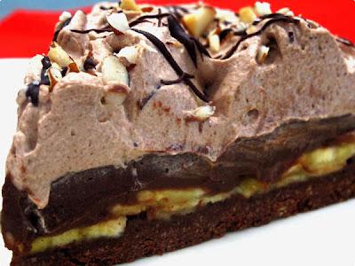Torta de banana com creme de chocolate e chantilly