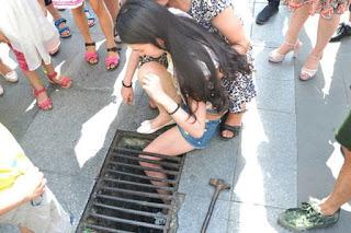 Garota caminha digitando no celular e prende perna no bueiro e teve que ficar esperando resgate por mais de 45 minutos