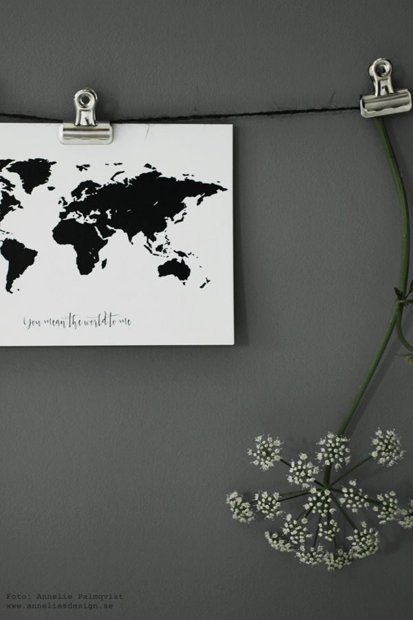 vykort med världskarta, världskartor, svartvitt, svartvit, svartvita kort med text, texter på prints, print, posters, konsttryck, tavlor, diy upphängning, pioner, eiffeltorn, eiffeltorn i inredningen, inredningsblogg, blogg, bloggar, webbutik, webbutiker, webshop, grått, annelies design, interior, inredningsdetaljer, detaljer, klämmor, hänga upp prints,