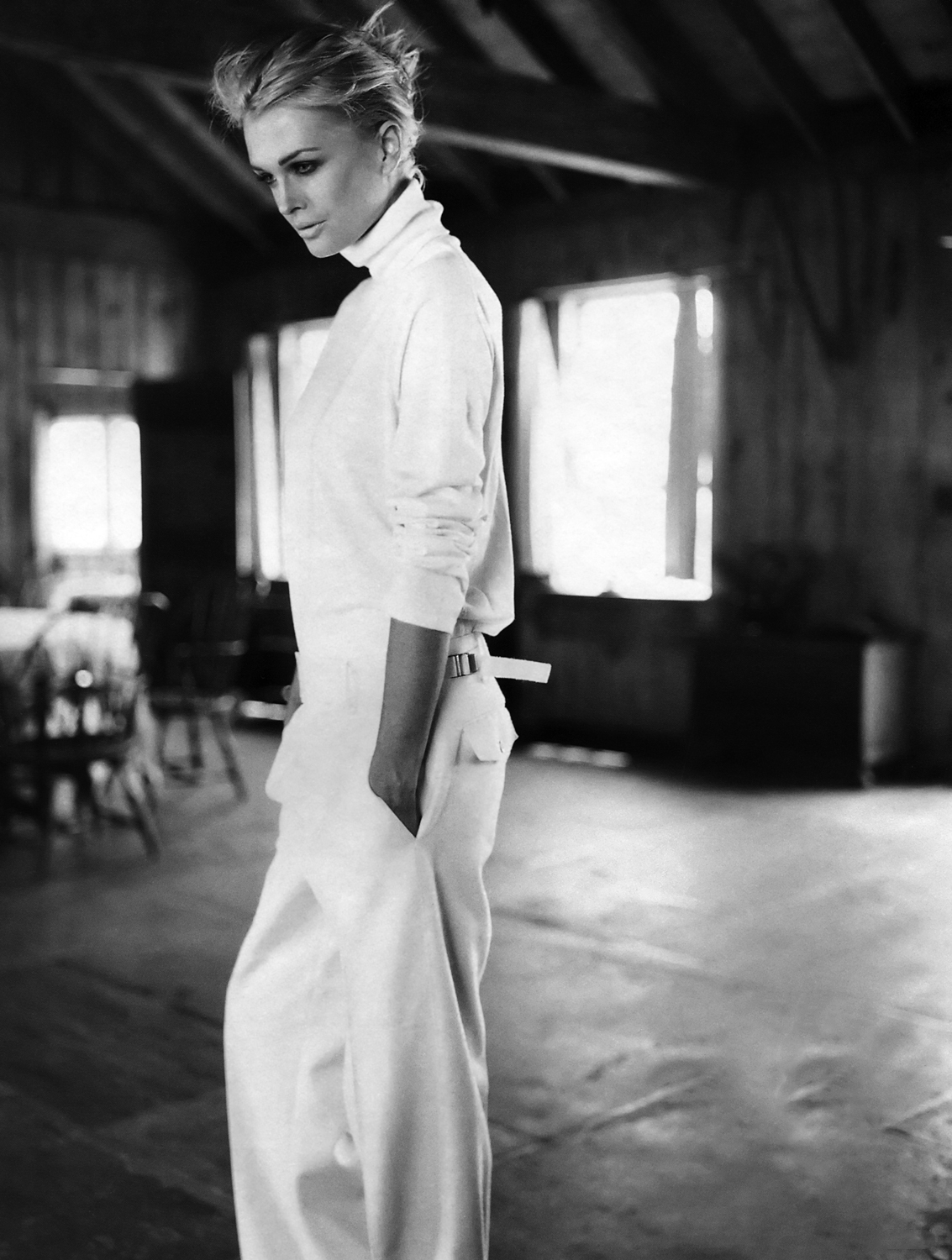 Kylie Bax in white leg trousers and chunky knit sweater photographed by Patrick Demarchelier and styled by Carlyne Cerf de Dudzeele in Marie Claire US October 1998 fashion editorial