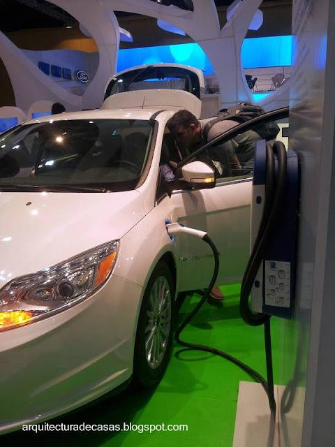 Modelo de auto compacto eléctrico haciendo la carga de las baterías