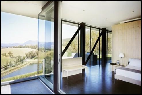 Casa con parete di vetro e cemento