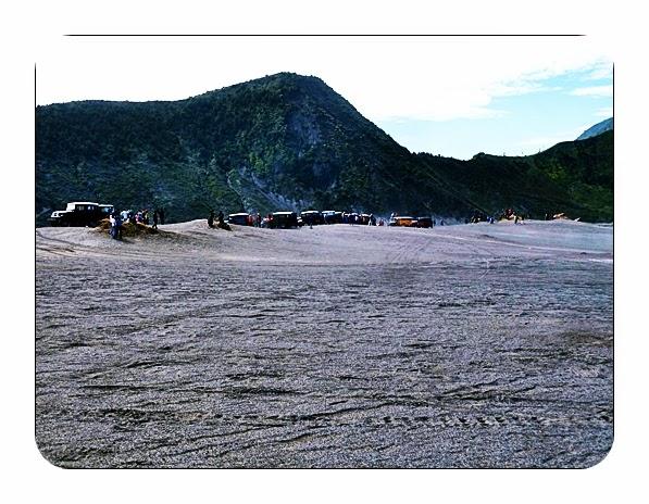Paket Wisata Bromo 3 - Parkiran hardtop di Pasir Berbisik