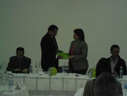 María Victoria Meniccuci entrega Documento a Jaime González, Presidente de Copardom