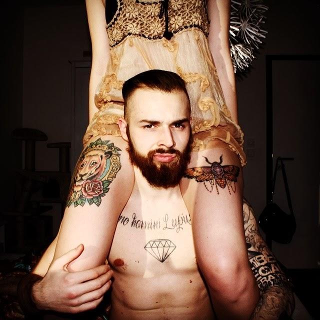 Tattoo Bart Vollbart Motte Löwe Oberschenkeltattoo Brust Diamant Spruch tätowierte Menschen Paare