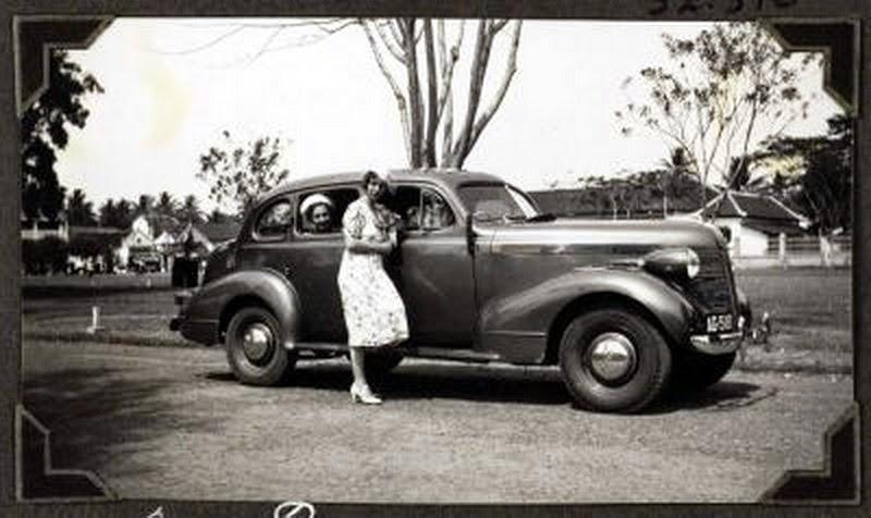 Old indonesian vehicles 1937 pontiac deluxe 4 door sedan for 1934 pontiac 4 door sedan