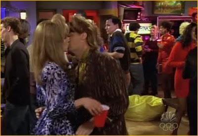 Besos de Chandler y Rachel, hace años, en la serie Friends