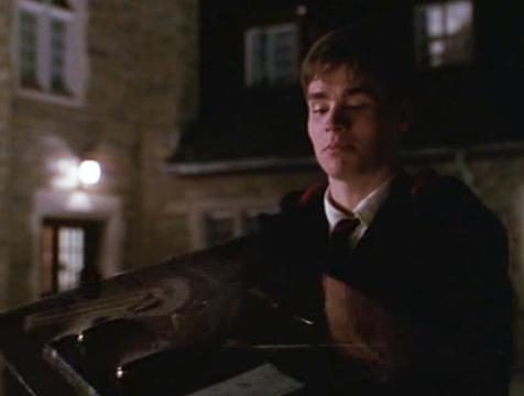 Neil Perry (Robert Sean Leonard) contempla el juego de escritorio en El Club de los Poetas Muertos - Cine de Escritor