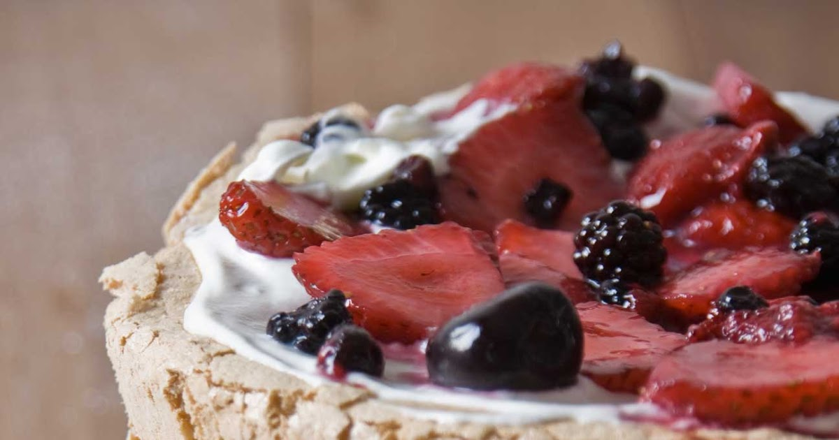 dadá flavors: Three-Layer Berry and Brown Sugar Pavlova