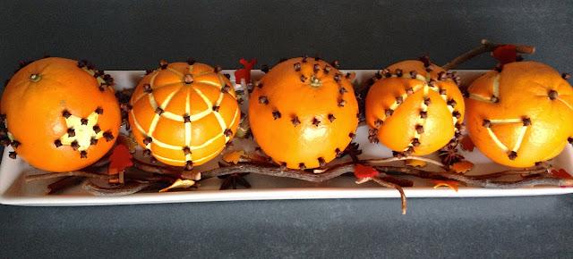 Pommes d'ambres - Oranges sculptées et avec clous de girofles. Décoration de Noel ou de Yule