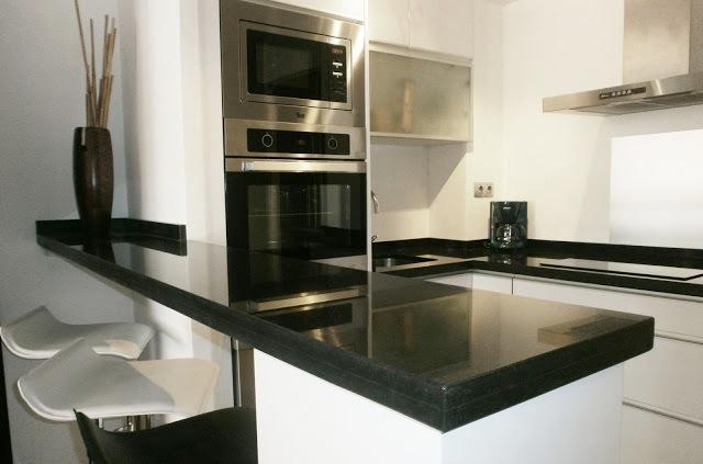 El montaje de la cocina algo muy serio for Cocina blanca y negra