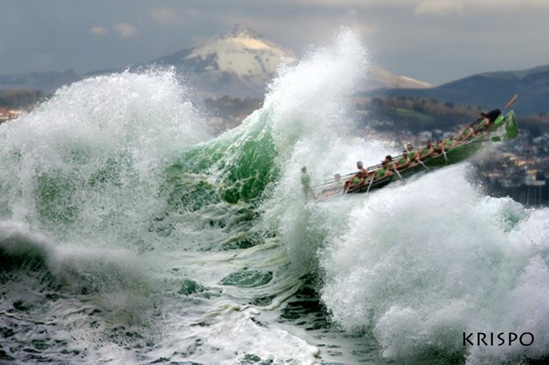 gran ola con la trainera de hondarribia y el monte larun