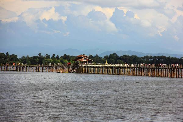 Puente U-Bein a las afueras de Mandalay en Myanmar