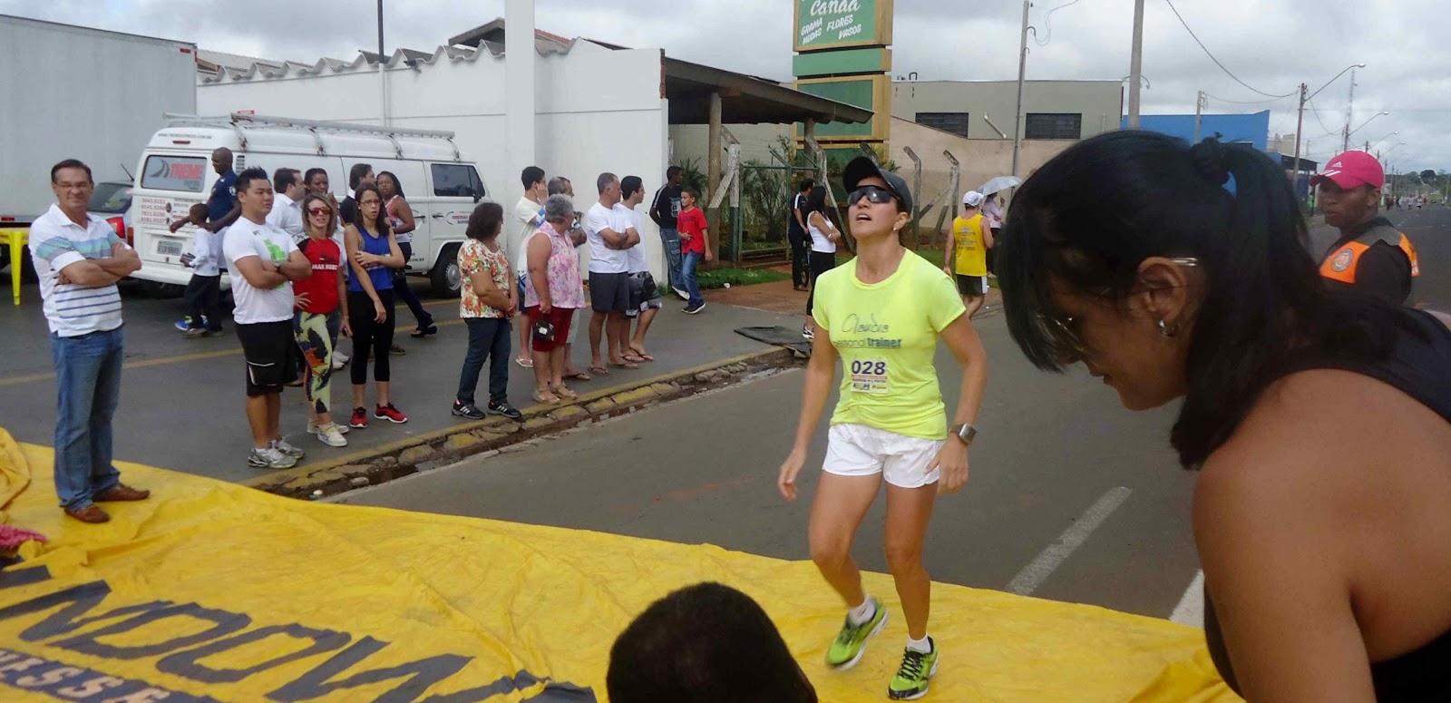 Foto 138 da 1ª Corrida Av. dos Coqueiros em Barretos-SP 14/04/2013 – Atletas cruzando a linha de chegada
