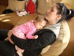 Alszik anyáján