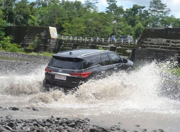 Mesin Tetap Melaju Meskipun Air Menenggelamkan Lebih Dari Separuh Body Mobil Toyota All New Fortuner