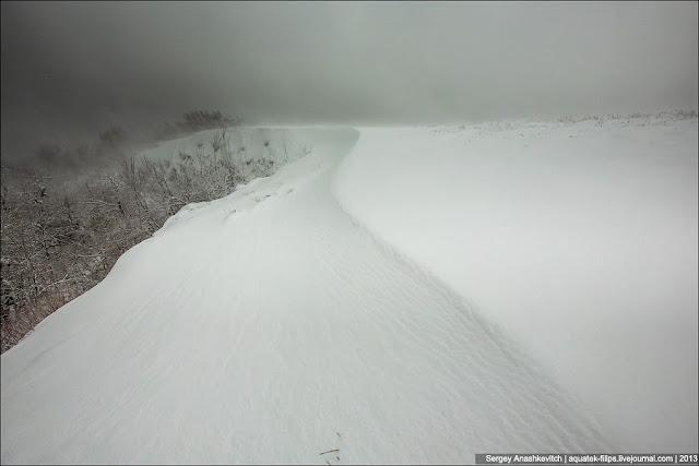 Помните фразу, что снега под ногами немного больше, чем внизу. Здесь мы уже брели в снегу по колено.... Вот так, в прямом смысле, мы встретили зиму, начав снизу, где только-только начинал сыпать снежок и закончив этот день в снегу по колено...