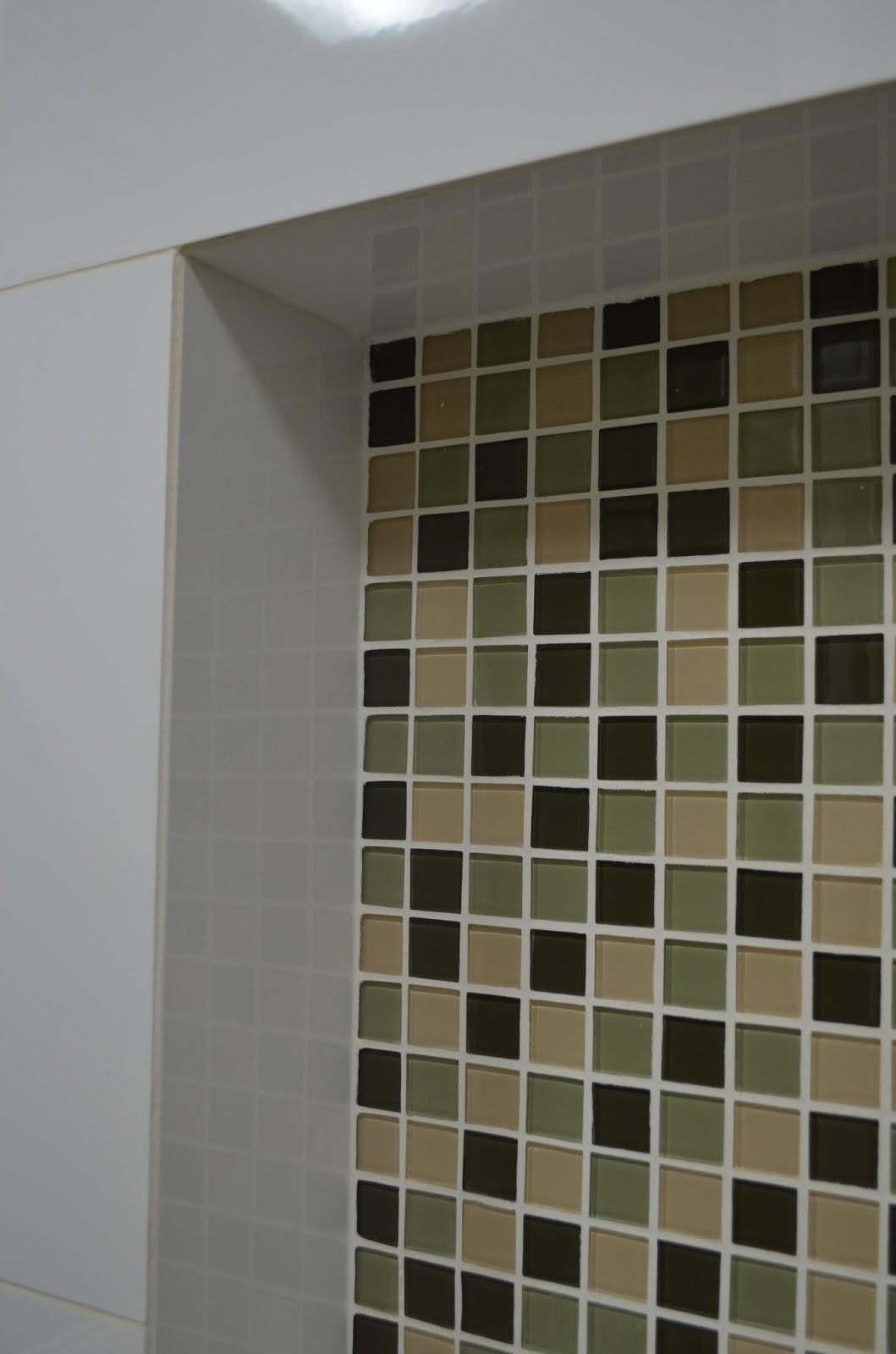 do azulejo branco e criam um visual pratico e moderno ao banheiro #54573A 1059x1600 Banheiro Branco Com Nicho