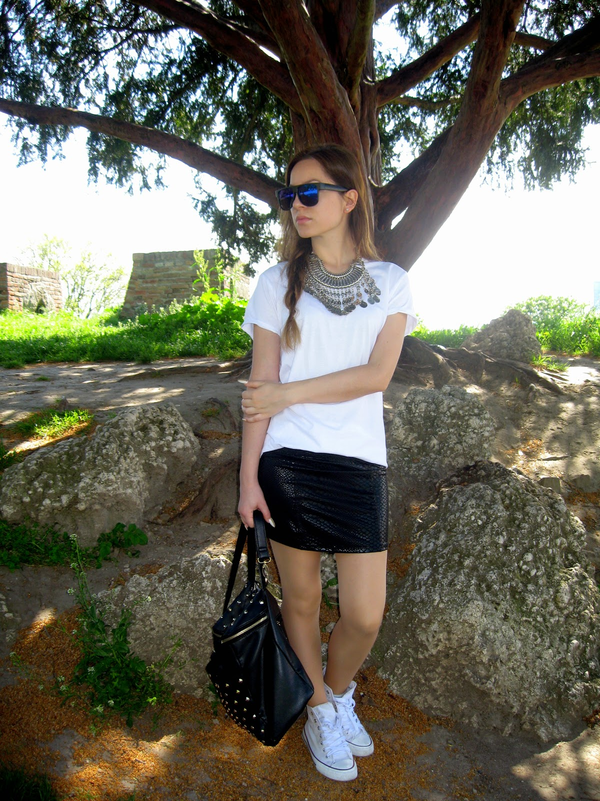 outfit, statement necklace, statement necklace with white tee, happinessboutique.com, black mini skirt, deichmann white sneakers, white converse, silver coins bib necklace