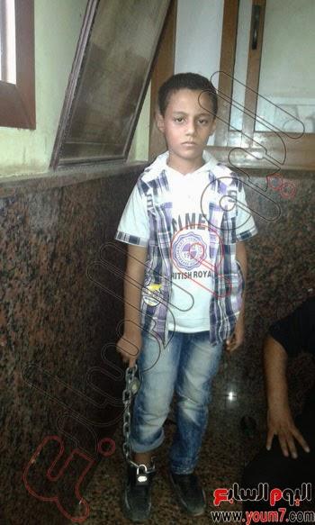 مصر: طفل بمحطة مترو القبة مقيدة قدمه بسلسة حديدية يثير صدمة المصريين