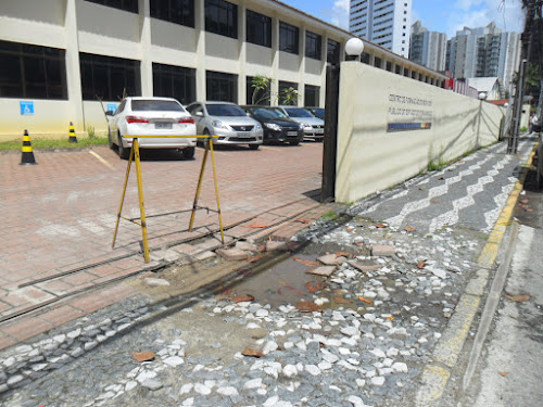 Calçada danificada em frente prédio do governo