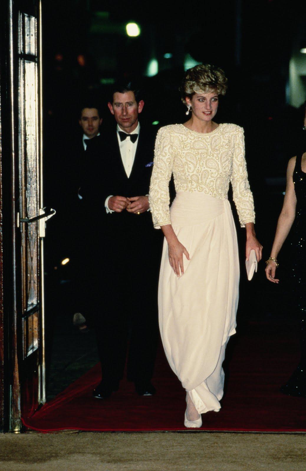 http://1.bp.blogspot.com/-cTSPUoBWWUY/TvpBUWR3T3I/AAAAAAAARg0/JUtpo9dqh_c/s1600/princess_diana_beaded_dress2.jpg