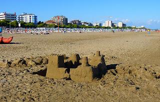 pláže Lignano stavby z piesku