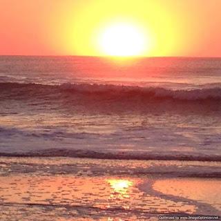 la playa, amaneciendo en el mar de Cariló