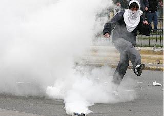 Desconocidos lanzan bomba lacrimógena en escuela de Villa Altagracia