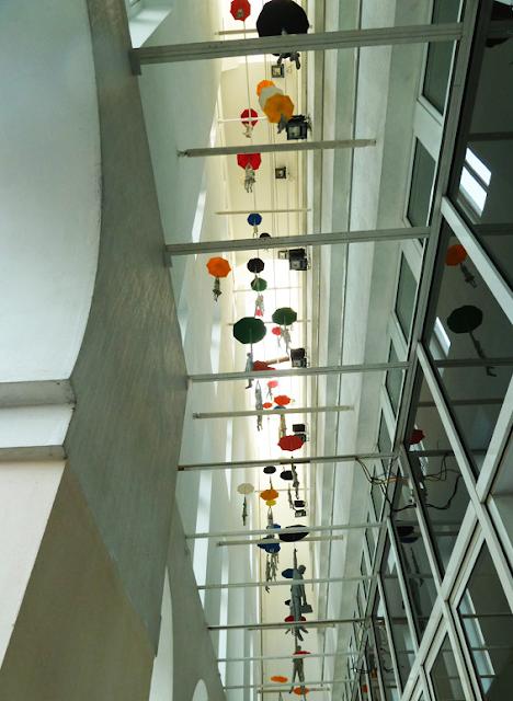 Slight Uncertainty, Michal Trpak, praga, escultura, prague, esculpture, fly, gente volando, paraguas, umbrella