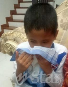 Wan Irfan mencium sapu tangan milik arwah 'abah'