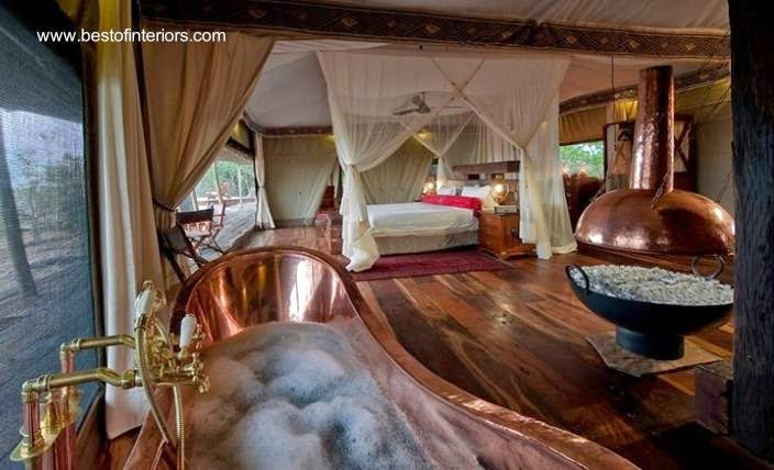 Cuarto dormitorio exótico con bañera de cobre