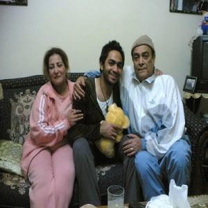 1 صور الفنان تامر حسني وسط اسرته تامر حسني مع والده ووادته وزوجة والده