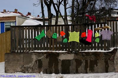 sticka, stickat, staket, plank, små kläder, barnkläder, stickade