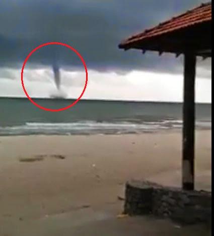 Video Puting Beliung Di Pantai Teluk Cempedak Kuantan