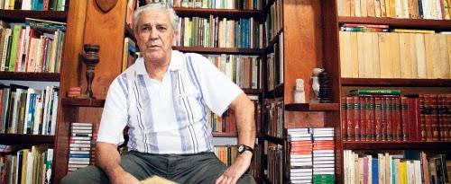 82 anos, FALA 130 idiomas, sabe quem é ele
