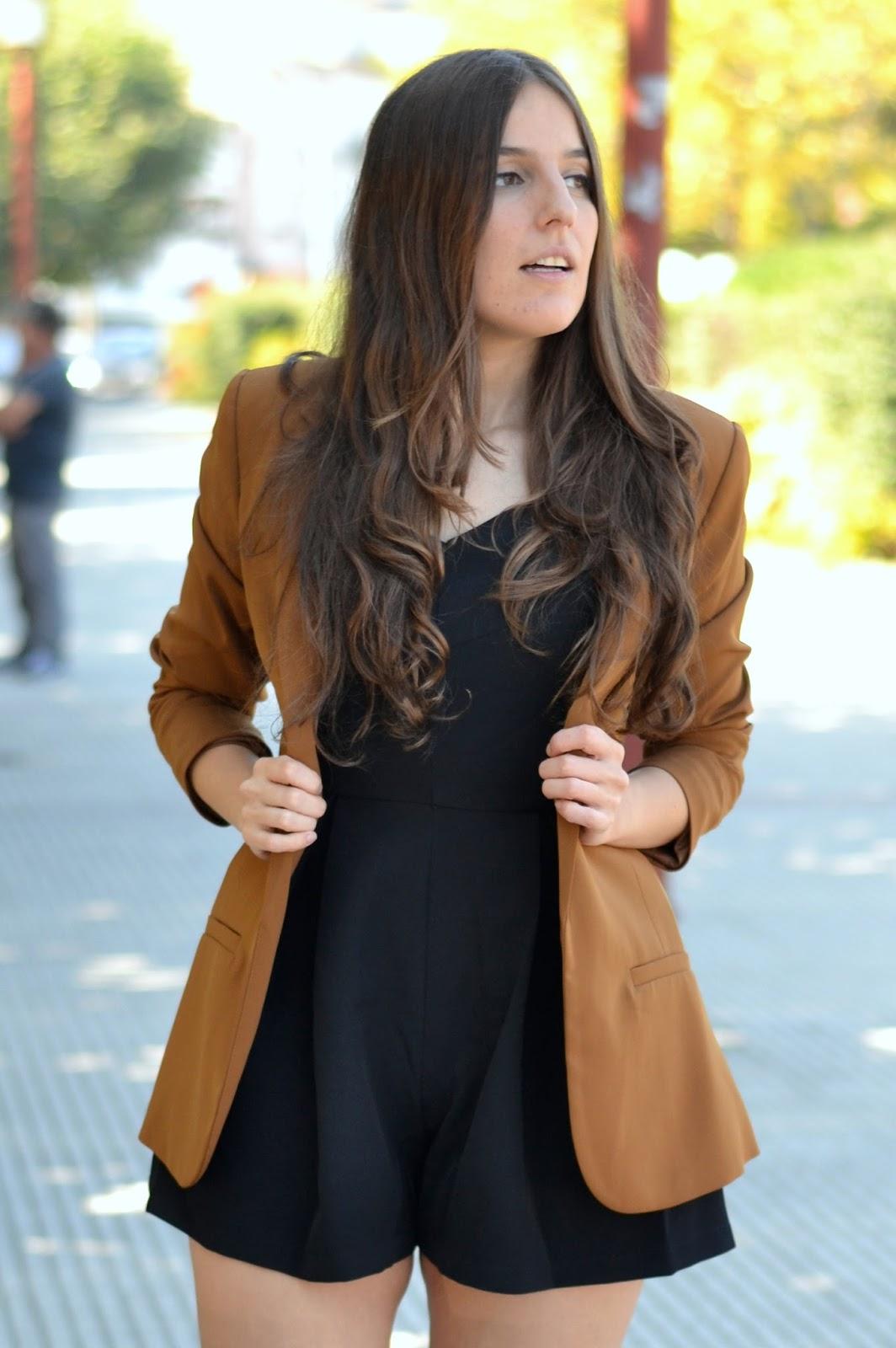 combinar blazer marrón camel
