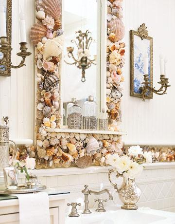 IDEA PARA DECORAR EL ESPEJO DEL BAÑO CON CONCHAS MARINAS by baños.blogspot.com