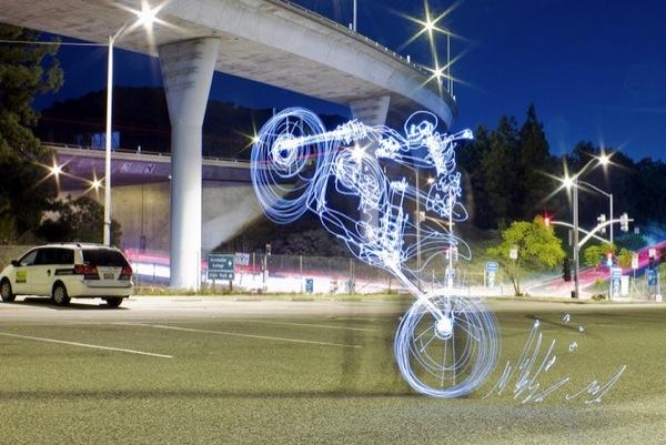 Graffiti de Luz (light graffiti) Desenhos com rastros de luz - Moto - manobra
