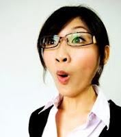mujer asiática con cara de sorpresa