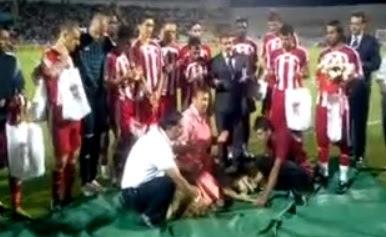jugadores de futbol cortan la cabeza a una oveja turquia turcos