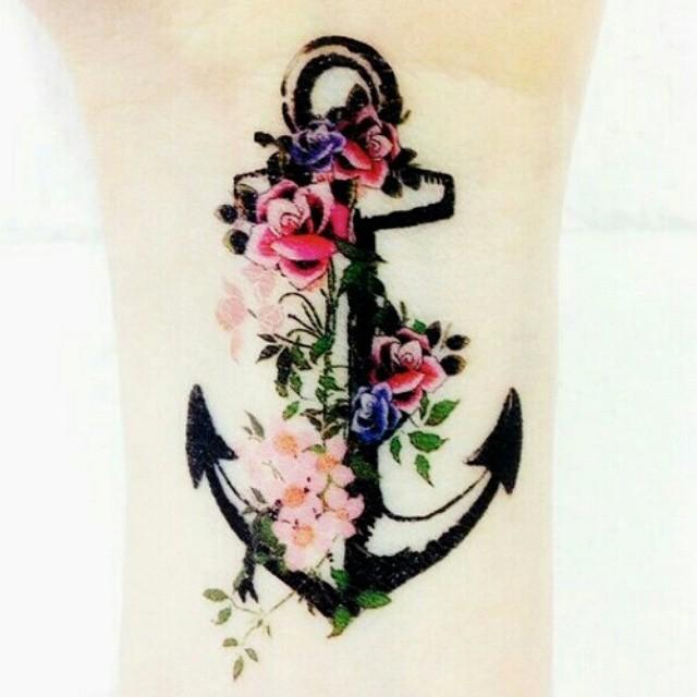Tatuagem de âncora e Flores no Braço